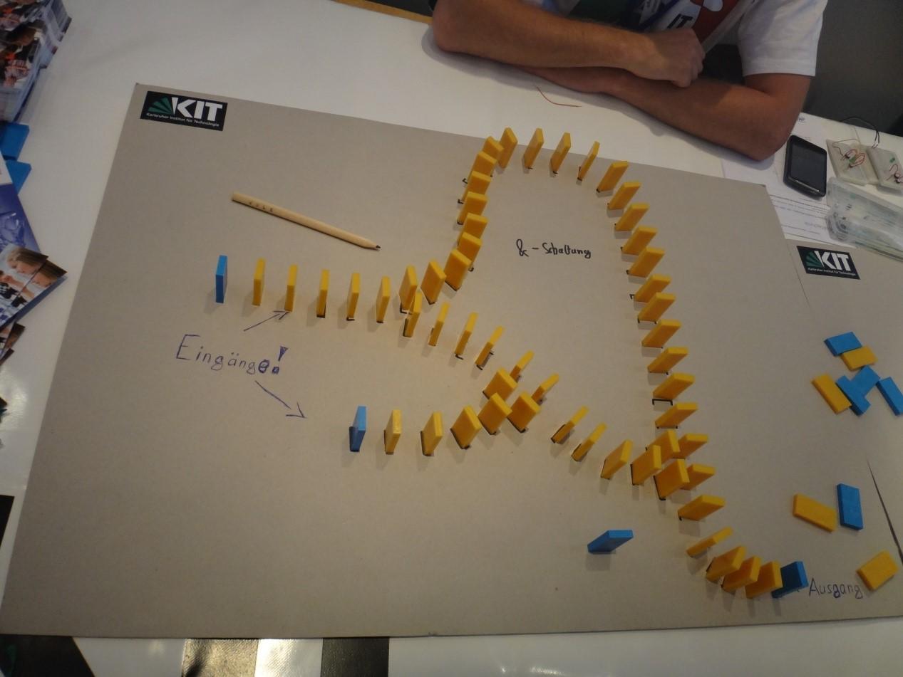 用多米诺骨牌讲解电路知识,科学很简单